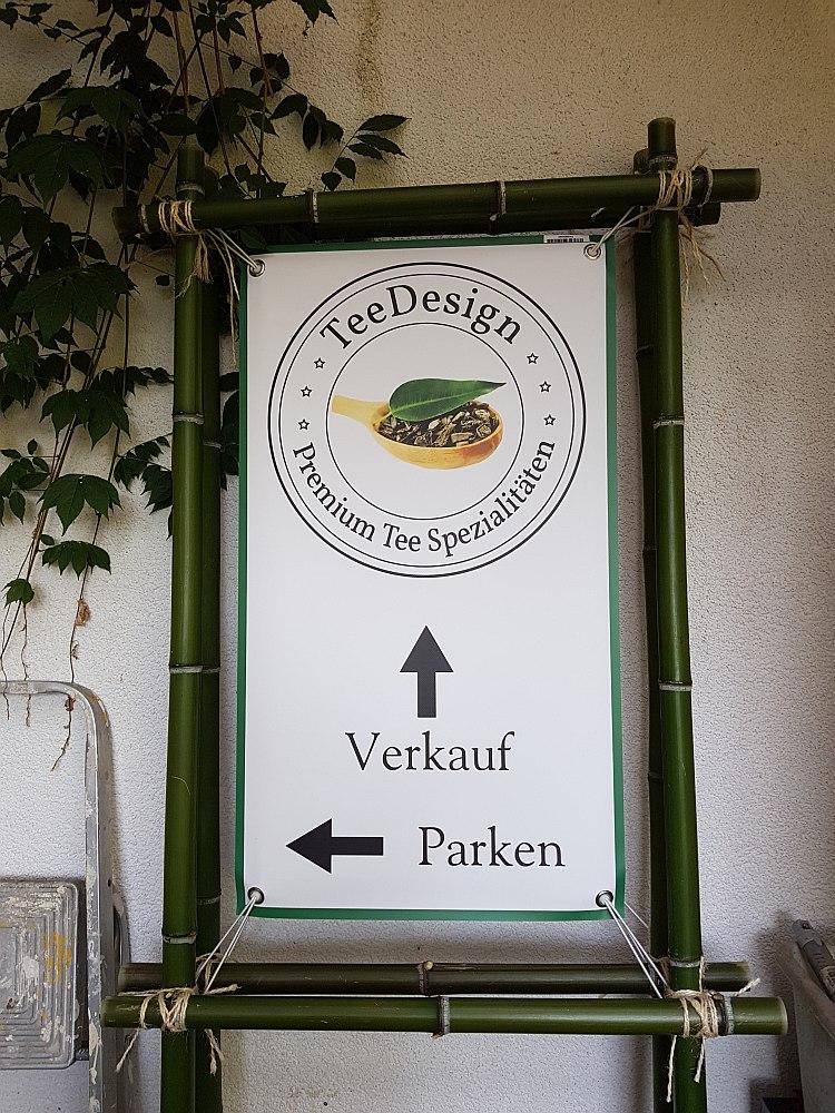 Hier gehts zu unserem Lagerverkauf. Schild zwei mit dem Hinweis zum Parken am Waldparplatz und zum Lagerverkauf bei TeeDesign